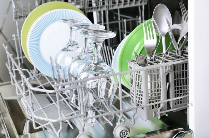 Beladen Sie Ihren Geschirrspüler richtig und wählen Sie eine niedrige Temperatur, um Geld zu sparen